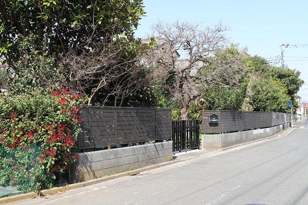 庭の木々が映えるように外構・塀を工事しました